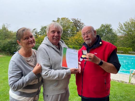 Sportplakette in Gold des LSB-NRW an Reinhard Gerlach, 1. Vorsitzender FSB-Minden e.V.